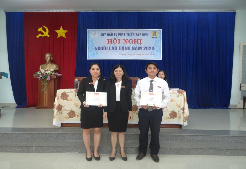Bà Nguyễn Thị Hà - Phó Giám đốc Quỹ tặng giấy khen  cho 02 CBVC có thành tích xuất sắc trong hoạt động của Quỹ