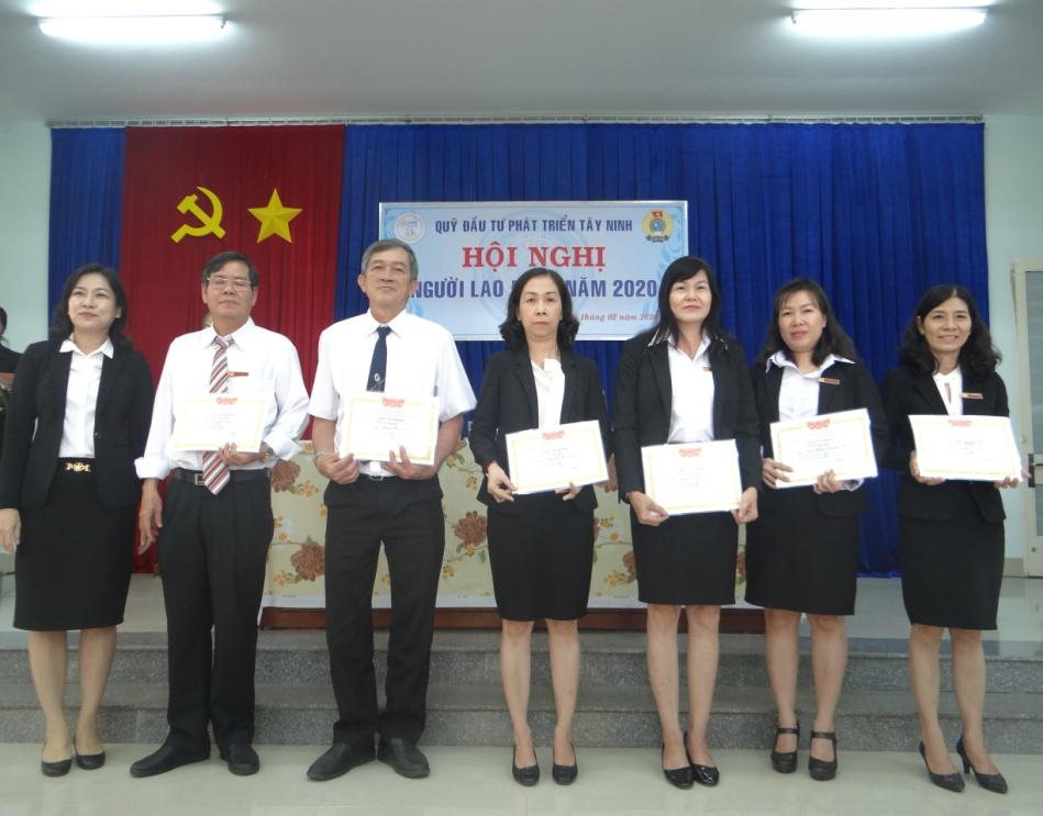 Bà Hồng Lê Minh Nguyệt – Phó Giám đốc tặng danh hiệu  chiến sĩ thi đua cơ sở cho CBVC