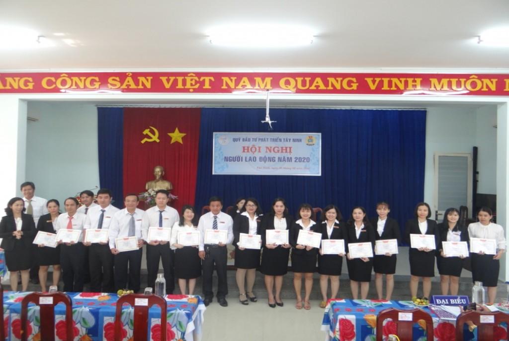 Bà Ngô Phạm Phương Thu – Phó Giám đốc tặng danh hiệu  Lao động tiên tiến cho CBVC