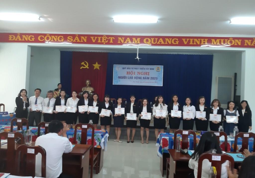Bà Nguyễn Thị Hà-  Phó Giám đốc phụ trách Quỹ  và Bà  Hồng Lê Minh Nguyệt – Phó Giám đốc tặng danh hiệu Lao động tiên tiến cho CBVC
