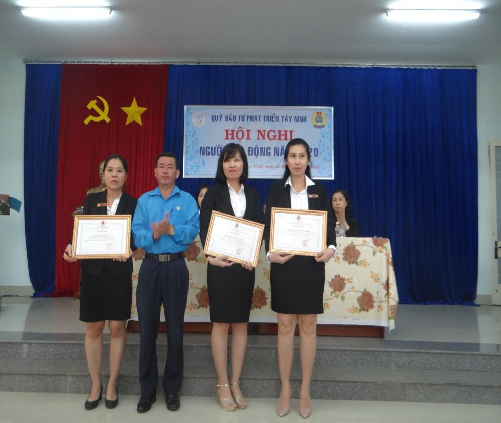 Ông Dương Đại Lộc – Phó Chủ tịch Liên đoàn Lao động tỉnh tặng bằng khen cho 02 đoàn viên công đoàn đã có thành tích xuất sắc trong phong trào thi đua lao động giỏi và xây dựng tổ chức công đoàn vững mạnh năm 2019